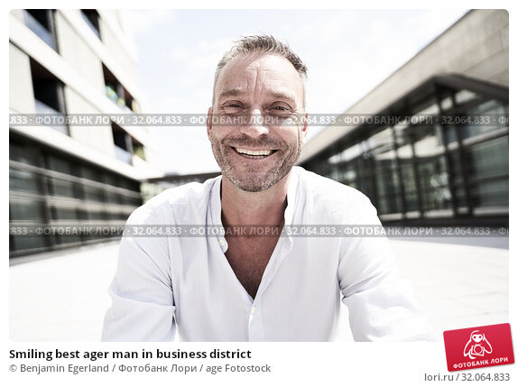 Smiling best ager man in business district. Стоковое фото, фотограф Benjamin Egerland / age Fotostock / Фотобанк Лори