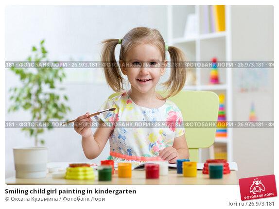 Купить «Smiling child girl painting in kindergarten», фото № 26973181, снято 30 сентября 2015 г. (c) Оксана Кузьмина / Фотобанк Лори