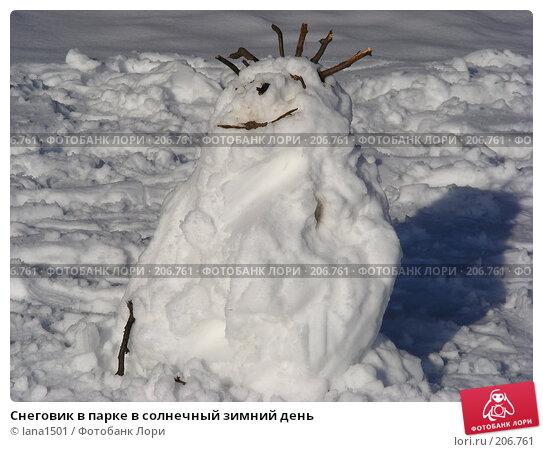 Снеговик в парке в солнечный зимний день, эксклюзивное фото № 206761, снято 3 февраля 2008 г. (c) lana1501 / Фотобанк Лори