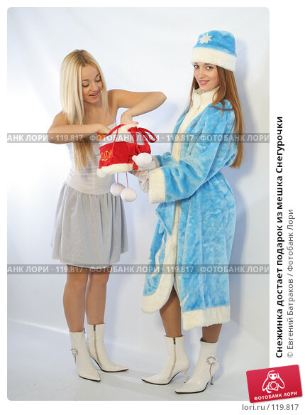 Снежинка достает подарок из мешка Снегурочки, фото № 119817, снято 11 ноября 2007 г. (c) Евгений Батраков / Фотобанк Лори