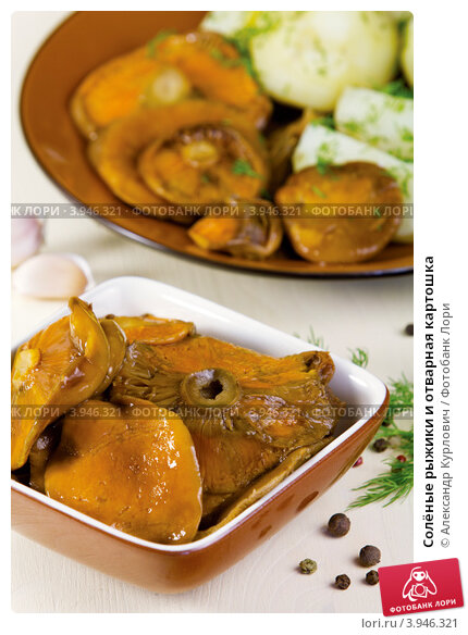Купить «Солёные рыжики и отварная картошка», эксклюзивное фото № 3946321, снято 4 октября 2012 г. (c) Александр Курлович / Фотобанк Лори