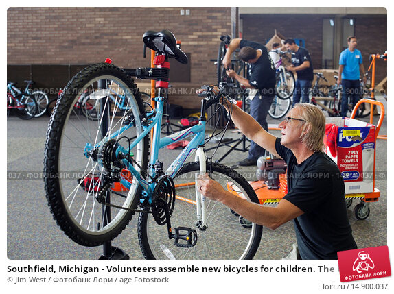 Купить «Southfield, Michigan - Volunteers assemble new bicycles for children. The bicycles were distributed to children in foster care or otherwise at risk by...», фото № 14900037, снято 18 июня 2018 г. (c) age Fotostock / Фотобанк Лори
