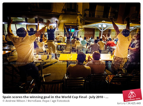 Spain scores the winning goal in the World Cup Final - July 2010 - ... Редакционное фото, фотограф Andrew Wilson / age Fotostock / Фотобанк Лори