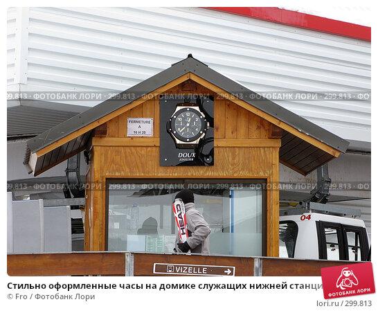 Купить «Стильно оформленные часы на домике служащих нижней станции подъемника VIZELLE, Куршевель, Франция», фото № 299813, снято 27 января 2008 г. (c) Fro / Фотобанк Лори