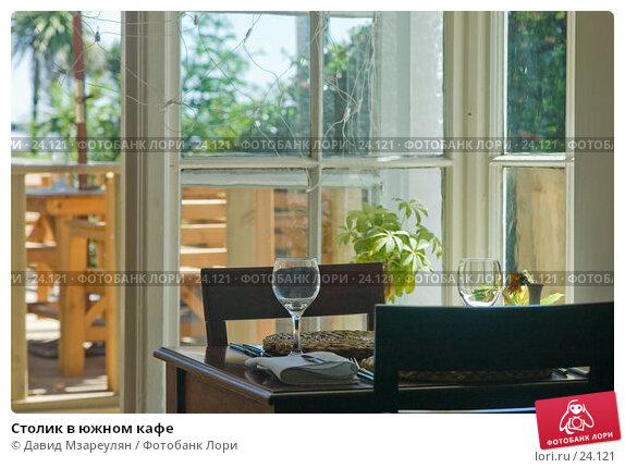 Столик в южном кафе, фото № 24121, снято 28 июля 2006 г. (c) Давид Мзареулян / Фотобанк Лори