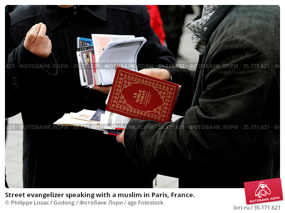 Street evangelizer speaking with a muslim in Paris, France. Стоковое фото, фотограф Philippe Lissac / Godong / age Fotostock / Фотобанк Лори
