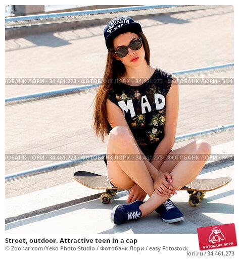 Street, outdoor. Attractive teen in a cap. Стоковое фото, фотограф Zoonar.com/Yeko Photo Studio / easy Fotostock / Фотобанк Лори