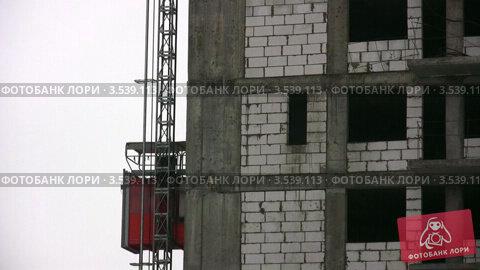 Купить «Строительный лифт спускается вниз», видеоролик № 3539113, снято 15 апреля 2009 г. (c) Losevsky Pavel / Фотобанк Лори