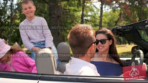Купить «Студенты в солнечных очках сидят на переднем сидении в кабриолете, дети смеются сзади», видеоролик № 3783037, снято 28 апреля 2012 г. (c) Losevsky Pavel / Фотобанк Лори