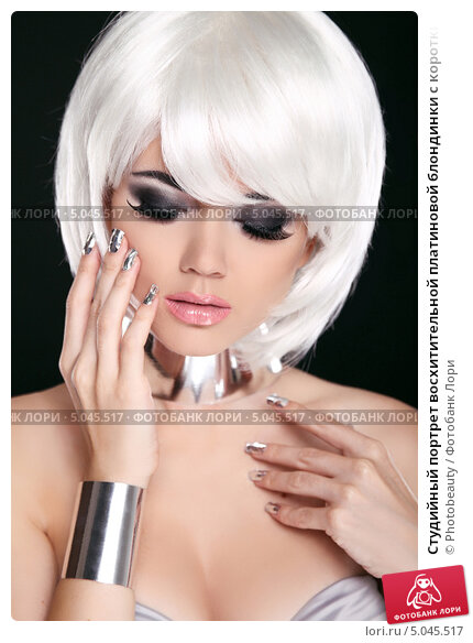 Студийный портрет восхитительной платиновой блондинки с короткими волосами и ярко-красными губами. Стоковое фото, фотограф Photobeauty / Фотобанк Лори