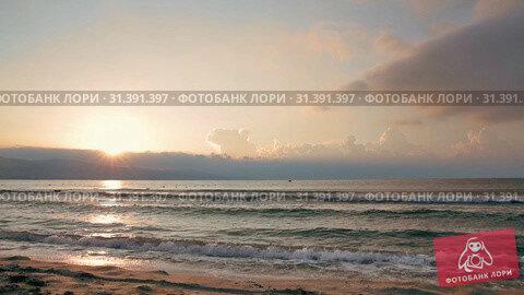 Купить «Sunrise over the Black Sea, the first rays of the sun shine from behind the clouds», видеоролик № 31391397, снято 26 июня 2019 г. (c) Юлия Бабкина / Фотобанк Лори