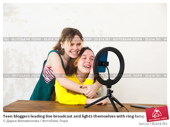 Teen bloggers leading live broadcast and lights themselves with ring lamp. Стоковое фото, фотограф Дарья Филимонова / Фотобанк Лори