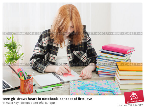 teen girl draws heart in notebook, concept of first love. Стоковое фото, фотограф Майя Крученкова / Фотобанк Лори