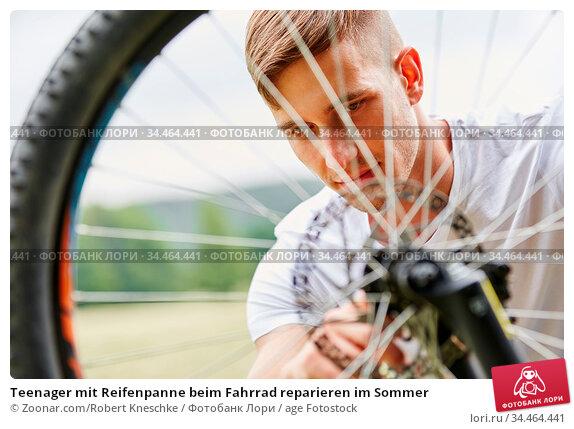 Teenager mit Reifenpanne beim Fahrrad reparieren im Sommer. Стоковое фото, фотограф Zoonar.com/Robert Kneschke / age Fotostock / Фотобанк Лори