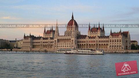 Купить «Теплоход на реке Дунай у здания Венгерского Парламента вечером в Будапеште, Венгрия», видеоролик № 30924753, снято 3 июня 2019 г. (c) Яна Королёва / Фотобанк Лори