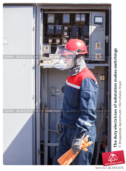 The duty electrician of substation makes switchings, фото № 26419573, снято 27 апреля 2017 г. (c) Владимир Арсентьев / Фотобанк Лори