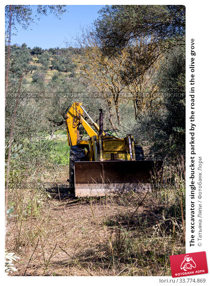 Купить «The excavator single-bucket parked by the road in the olive grove», фото № 33774869, снято 11 марта 2020 г. (c) Татьяна Ляпи / Фотобанк Лори