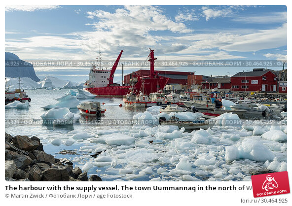 The harbour with the supply vessel. The town Uummannaq in the north of West Greenland, located on an island in the Uummannaq Fjord System. America, North America, Greenland. Стоковое фото, фотограф Martin Zwick / age Fotostock / Фотобанк Лори