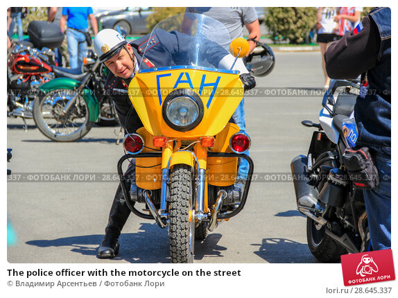 Купить «The police officer with the motorcycle on the street», фото № 28645337, снято 5 мая 2018 г. (c) Владимир Арсентьев / Фотобанк Лори
