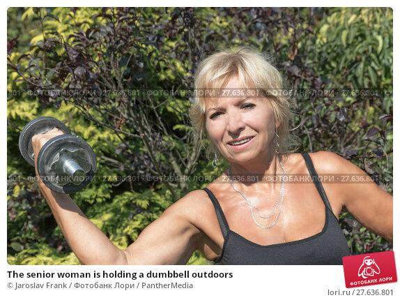 Купить «The senior woman is holding a dumbbell outdoors», фото № 27636801, снято 18 февраля 2019 г. (c) PantherMedia / Фотобанк Лори
