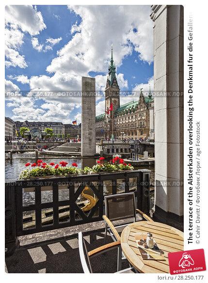 Купить «The terrace of the Alsterkaden overlooking the Denkmal fur die Gefallenen Beider Weltkriege (World Monument and Town Hall, Hamburg Mitte, Hamburg, Germany.», фото № 28250177, снято 21 апреля 2018 г. (c) age Fotostock / Фотобанк Лори
