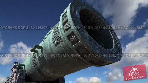 Купить «The Tsar Cannon, Moscow Kremlin, Russia -- is a large, 5.94 metres (19.5 ft) long cannon on display on the grounds of the Moscow Kremlin», видеоролик № 30314073, снято 15 марта 2019 г. (c) Владимир Журавлев / Фотобанк Лори