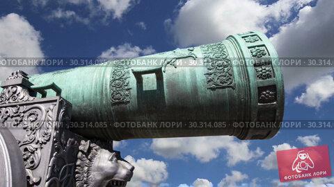 Купить «The Tsar Cannon, Moscow Kremlin, Russia -- is a large, 5.94 metres (19.5 ft) long cannon on display on the grounds of the Moscow Kremlin», видеоролик № 30314085, снято 15 марта 2019 г. (c) Владимир Журавлев / Фотобанк Лори