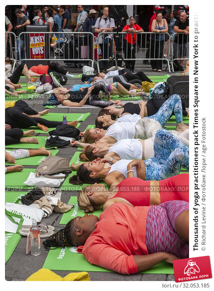 Thousands of yoga practitioners pack Times Square in New York to practice yoga on the first day of summer, Friday, June 21, 2019. The 17th annual Solstice... Редакционное фото, фотограф Richard Levine / age Fotostock / Фотобанк Лори