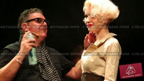 Купить «Тим Хартли распыляет лак на волосы блондинки на Davines Hair Show 2010», видеоролик № 3755337, снято 3 декабря 2011 г. (c) Losevsky Pavel / Фотобанк Лори