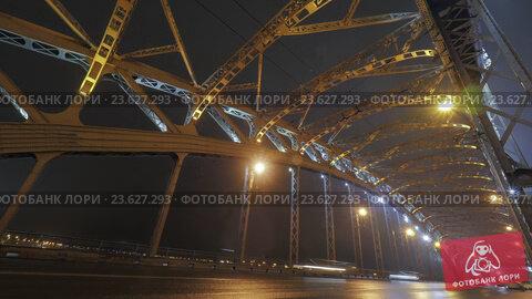 Timelapse of car traffic on the bridge at night. Стоковое видео, видеограф Данил Руденко / Фотобанк Лори
