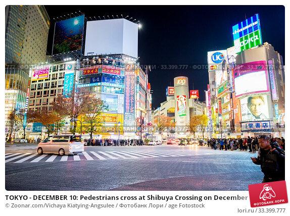 TOKYO - DECEMBER 10: Pedestrians cross at Shibuya Crossing on December 10, 2013 in Tokyo, Japan. The crosswalk is one of the world's most famous implementations of a scramble crosswalk. Стоковое фото, фотограф Zoonar.com/Vichaya Kiatying-Angsulee / age Fotostock / Фотобанк Лори