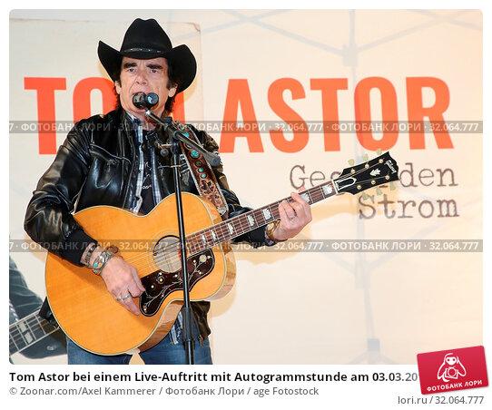 Tom Astor bei einem Live-Auftritt mit Autogrammstunde am 03.03.2018 in Magdeburg. Стоковое фото, фотограф Zoonar.com/Axel Kammerer / age Fotostock / Фотобанк Лори