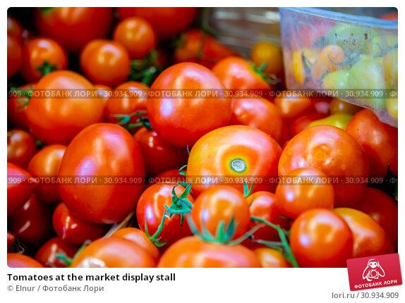 Купить «Tomatoes at the market display stall», фото № 30934909, снято 24 сентября 2018 г. (c) Elnur / Фотобанк Лори