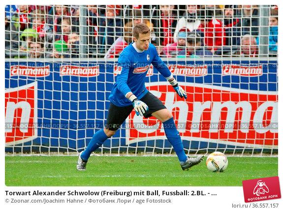 Torwart Alexander Schwolow (Freiburg) mit Ball, Fussball: 2.BL. - ... Стоковое фото, фотограф Zoonar.com/Joachim Hahne / age Fotostock / Фотобанк Лори