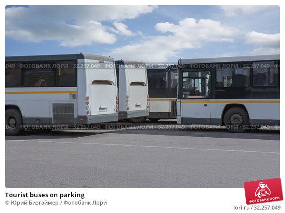 Купить «Tourist buses on parking», фото № 32257049, снято 19 апреля 2018 г. (c) Юрий Бизгаймер / Фотобанк Лори