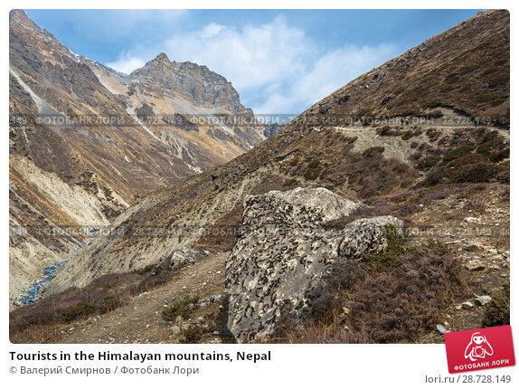 Купить «Tourists in the Himalayan mountains, Nepal», фото № 28728149, снято 6 апреля 2018 г. (c) Валерий Смирнов / Фотобанк Лори