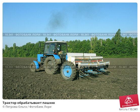 Трактор обрабатывает пашню, фото № 10341, снято 15 сентября 2006 г. (c) Петрова Ольга / Фотобанк Лори