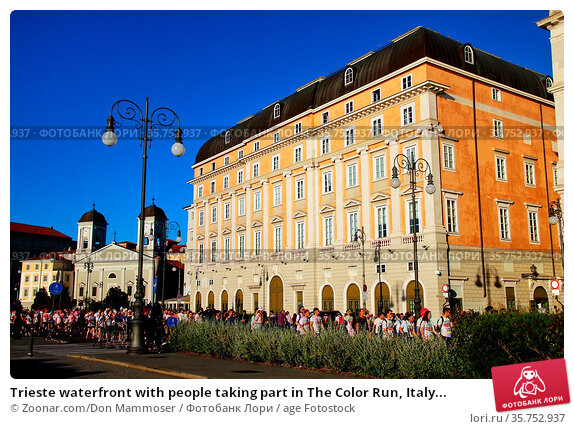 Trieste waterfront with people taking part in The Color Run, Italy... Стоковое фото, фотограф Zoonar.com/Don Mammoser / age Fotostock / Фотобанк Лори