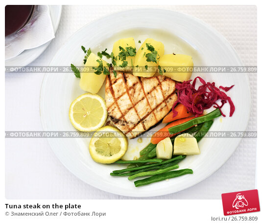 Tuna steak on the plate, фото № 26759809, снято 13 июня 2017 г. (c) Знаменский Олег / Фотобанк Лори
