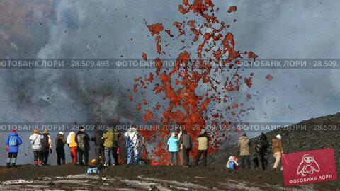 Купить «Туристы фотографируют извержение вулкана Плоский Толбачик на Камчатке», видеоролик № 28509493, снято 2 февраля 2013 г. (c) А. А. Пирагис / Фотобанк Лори