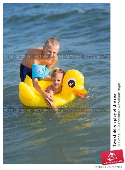 Купить «Two children play of the sea», фото № 26753941, снято 28 июля 2017 г. (c) Типляшина Евгения / Фотобанк Лори