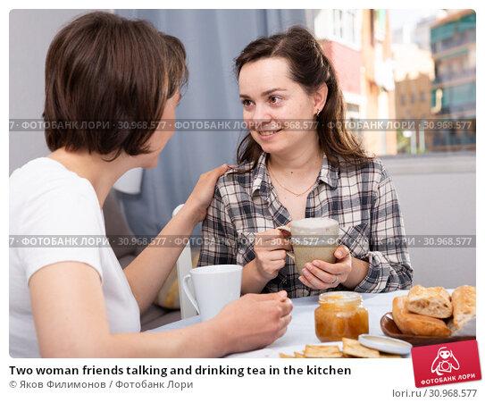 Купить «Two woman friends talking and drinking tea in the kitchen», фото № 30968577, снято 22 июля 2019 г. (c) Яков Филимонов / Фотобанк Лори