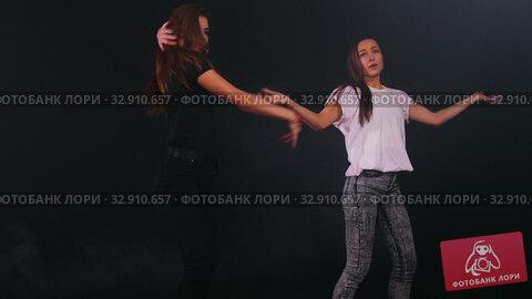 Two young women dancers warming up before training. Стоковое видео, видеограф Константин Шишкин / Фотобанк Лори