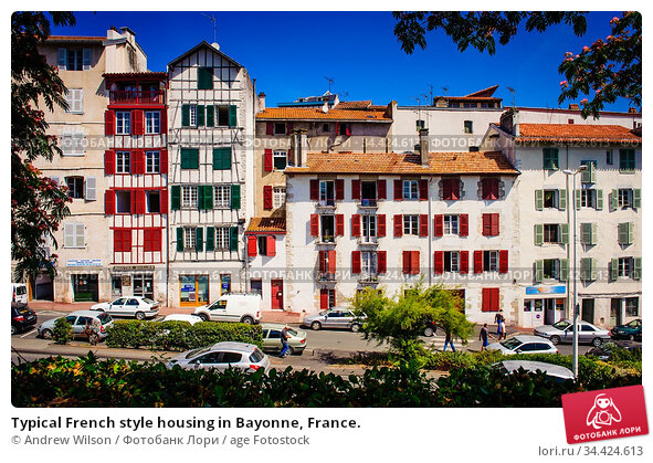 Typical French style housing in Bayonne, France. Стоковое фото, фотограф Andrew Wilson / age Fotostock / Фотобанк Лори