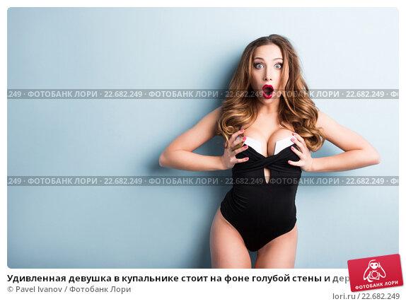 картинка где девушка держит грудь руками