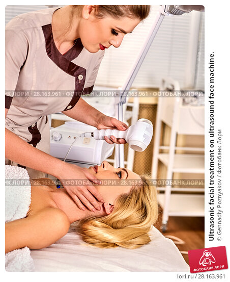 Купить «Ultrasonic facial treatment on ultrasound face machine.», фото № 28163961, снято 12 октября 2015 г. (c) Gennadiy Poznyakov / Фотобанк Лори