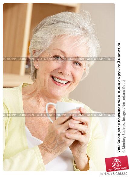 Купить «Улыбающаяся пожилая женщина с кружкой напитка», фото № 3086869, снято 8 декабря 2008 г. (c) Monkey Business Images / Фотобанк Лори