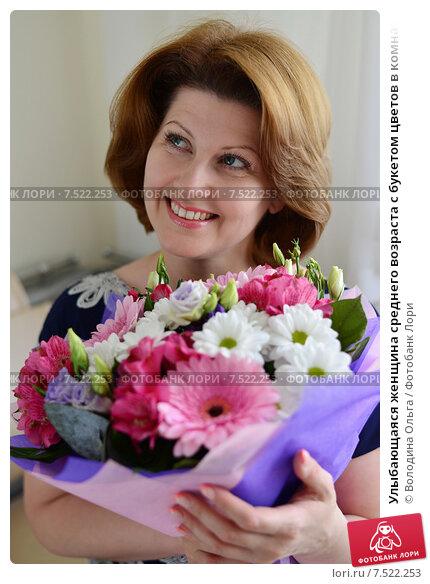 Купить «Улыбающаяся женщина среднего возраста с букетом цветов в комнате», фото № 7522253, снято 27 мая 2015 г. (c) Володина Ольга / Фотобанк Лори