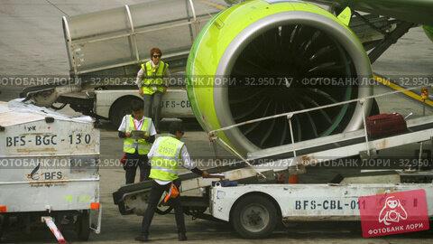 Uploading luggage onboard the aircraft (2017 год). Редакционное видео, видеограф Игорь Жоров / Фотобанк Лори