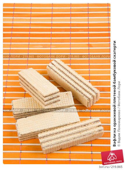 Вафли на оранжевой плетеной бамбуковой скатерти, фото № 219865, снято 29 февраля 2008 г. (c) Вадим Пономаренко / Фотобанк Лори